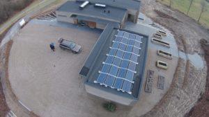 eksempel på placering af solceller Øst-Vest på fladt tag